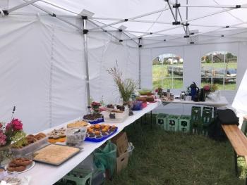 Faltpavillon mit Speisen und Getränken